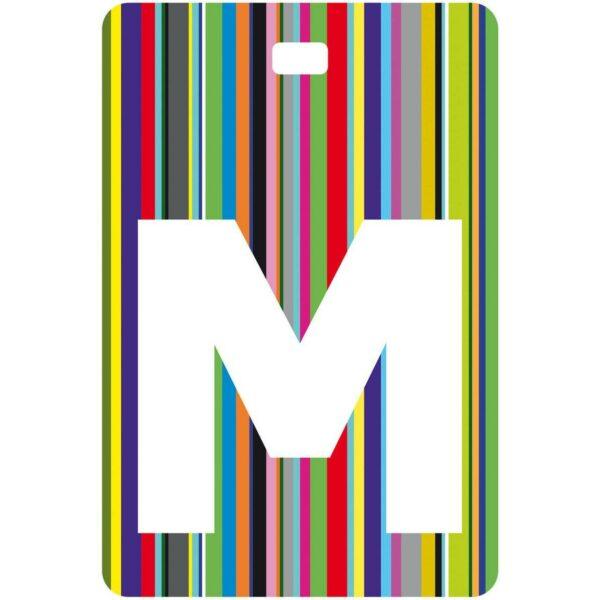 Etichetta bagaglio con lettera alfabeto bianca su sfondo a righe colorate con iniziale M