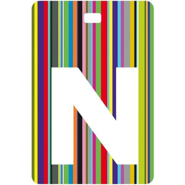 Etichetta bagaglio con lettera alfabeto bianca su sfondo a righe colorate con iniziale N