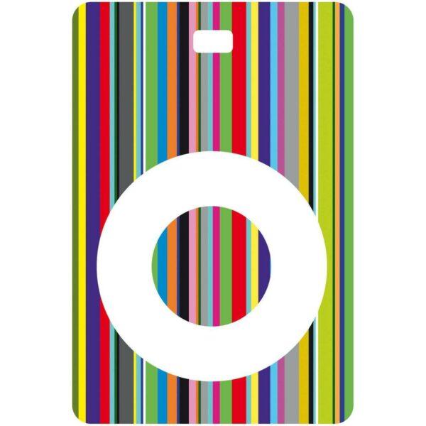 Etichetta bagaglio con lettera alfabeto bianca su sfondo a righe colorate con iniziale O