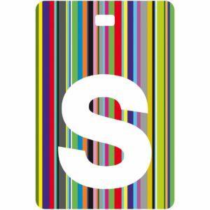 Etichetta bagaglio con lettera alfabeto bianca su sfondo a righe colorate con iniziale S