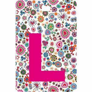 Etichetta bagaglio con lettera alfabeto bianca su sfondo fantasia cuori e fiori colorati con iniziale L