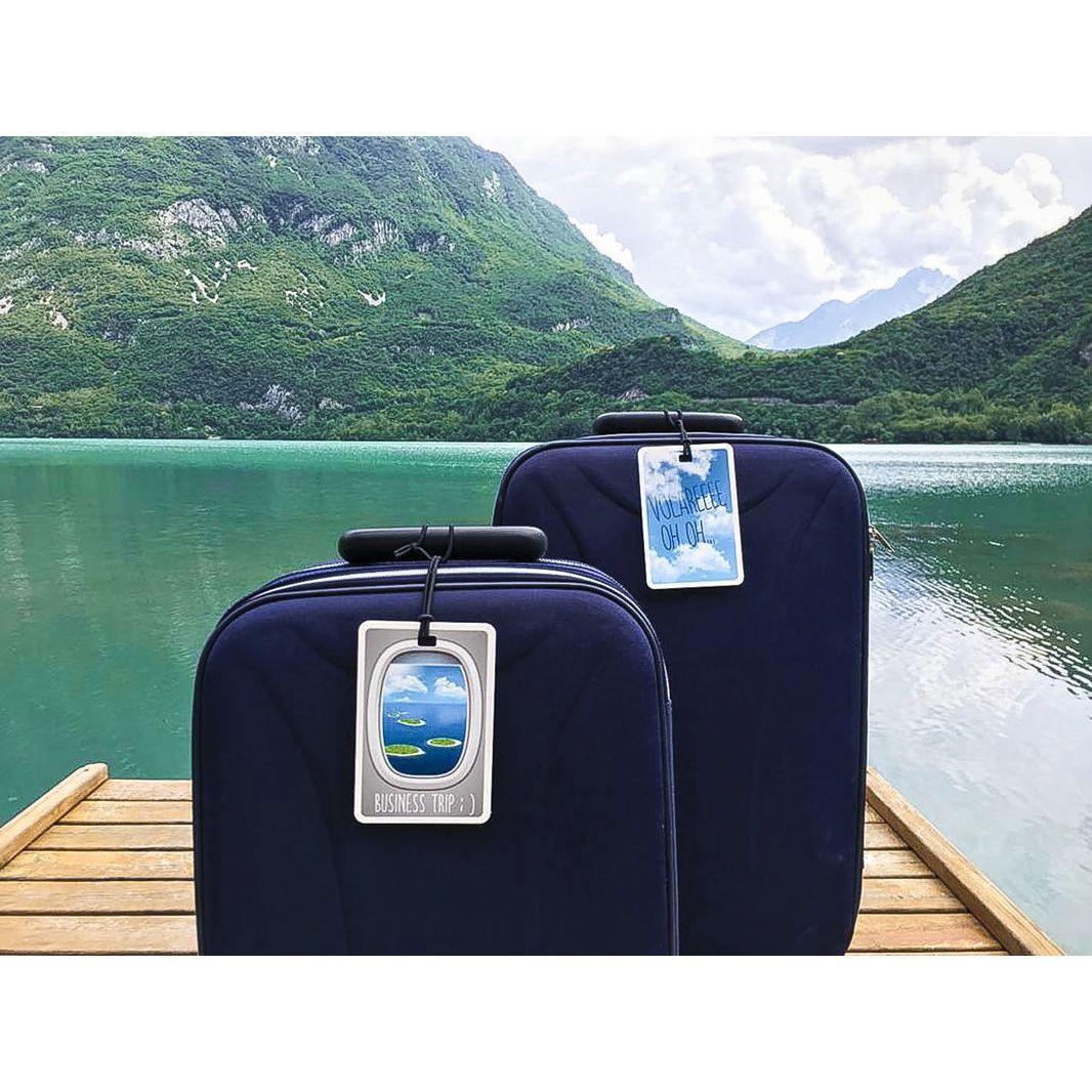 Set valige su pontile con etichette #MYTAG con sfondo lago