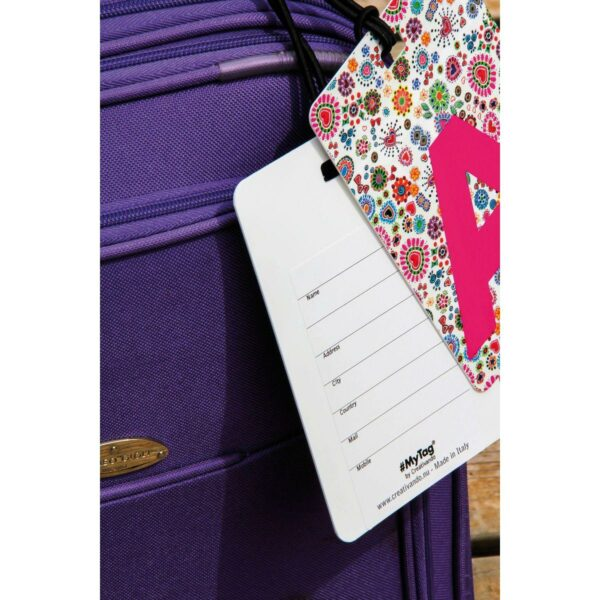 Dettaglio valigia con etichetta Retro etichetta #MYTAG fronte e retro