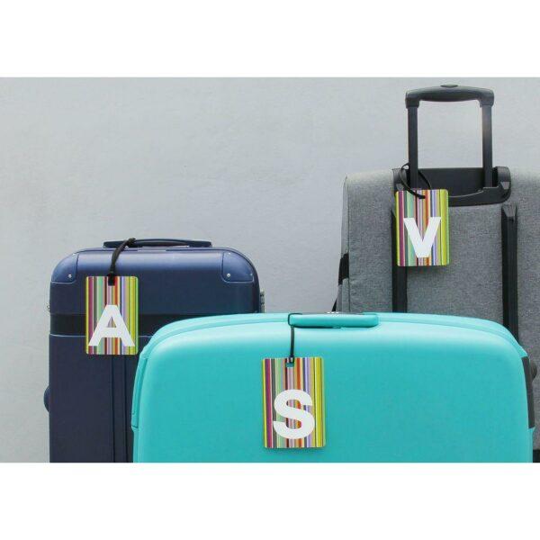 un gruppo di tre valigie con l'etichetta baglio My Tag con le iniziali
