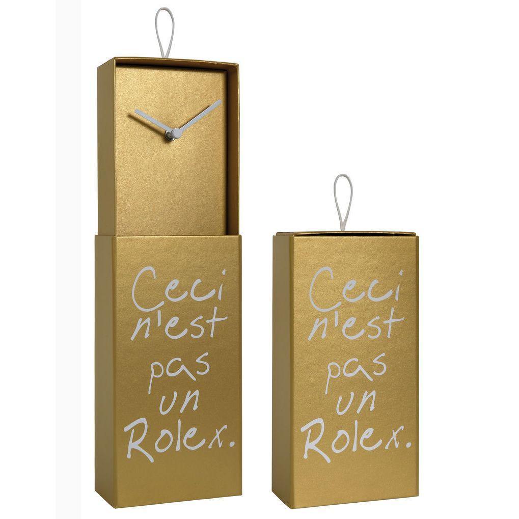 Orologio da parete o da appoggio racchiuso in scatola rettangolare color oro con scritta Ceci n'est pas un Rolex