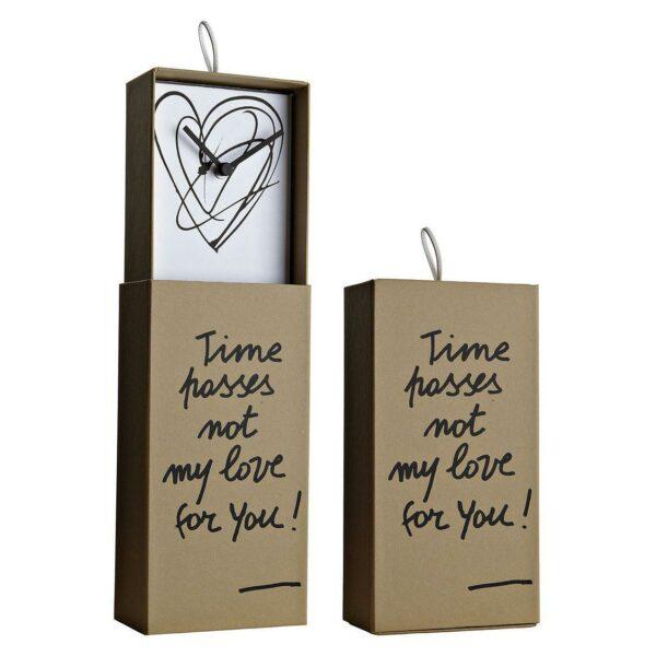 Orologio da parete o da appoggio racchiuso in scatola rettangolare color avana con scritta Time passes non my ove for you! e grafica interna a forma di cuore