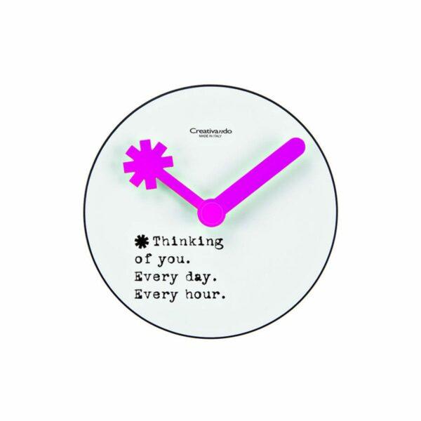 Orologio da parete circolare bianco con lancette viola e testo Thinking of you, every day, every hour nero