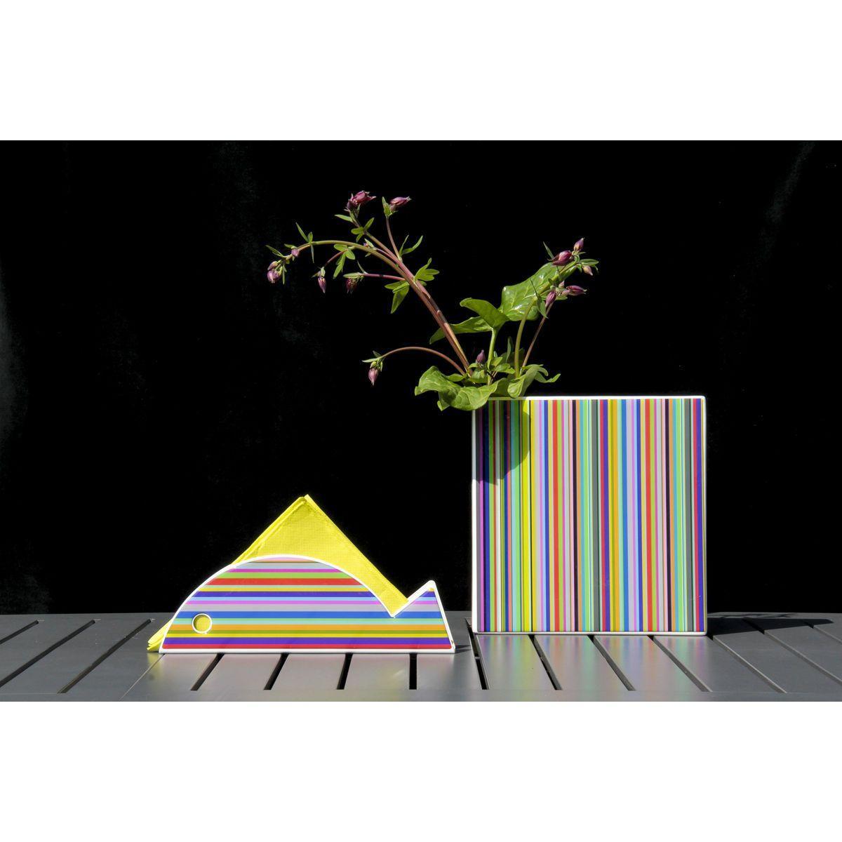 porta tovaglioli a forma di pesce decorato con righe colorate orizzontali accanto ad un vaso quadrato con lo stesso decoro