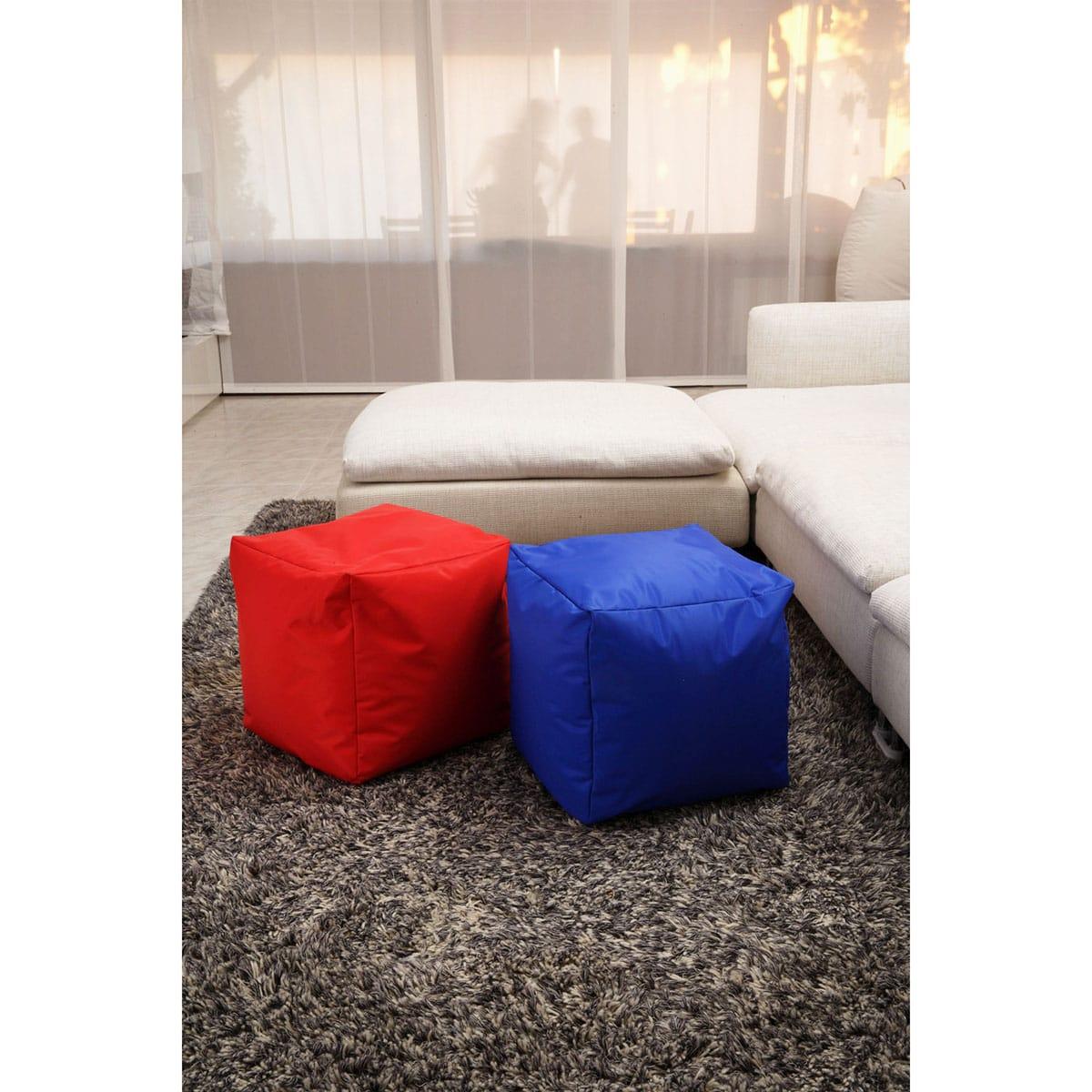 pouf in tinta unita rosso e blu abbinati ad un divano grigio