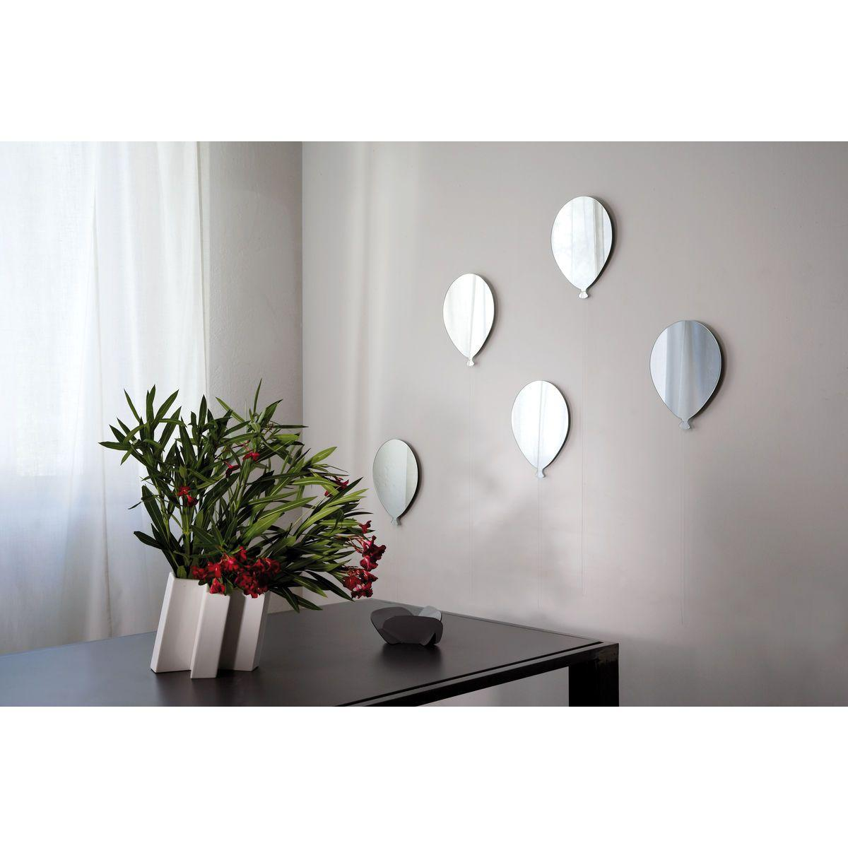 Specchio in vetro a forma di palloncino con cordoncino bianco