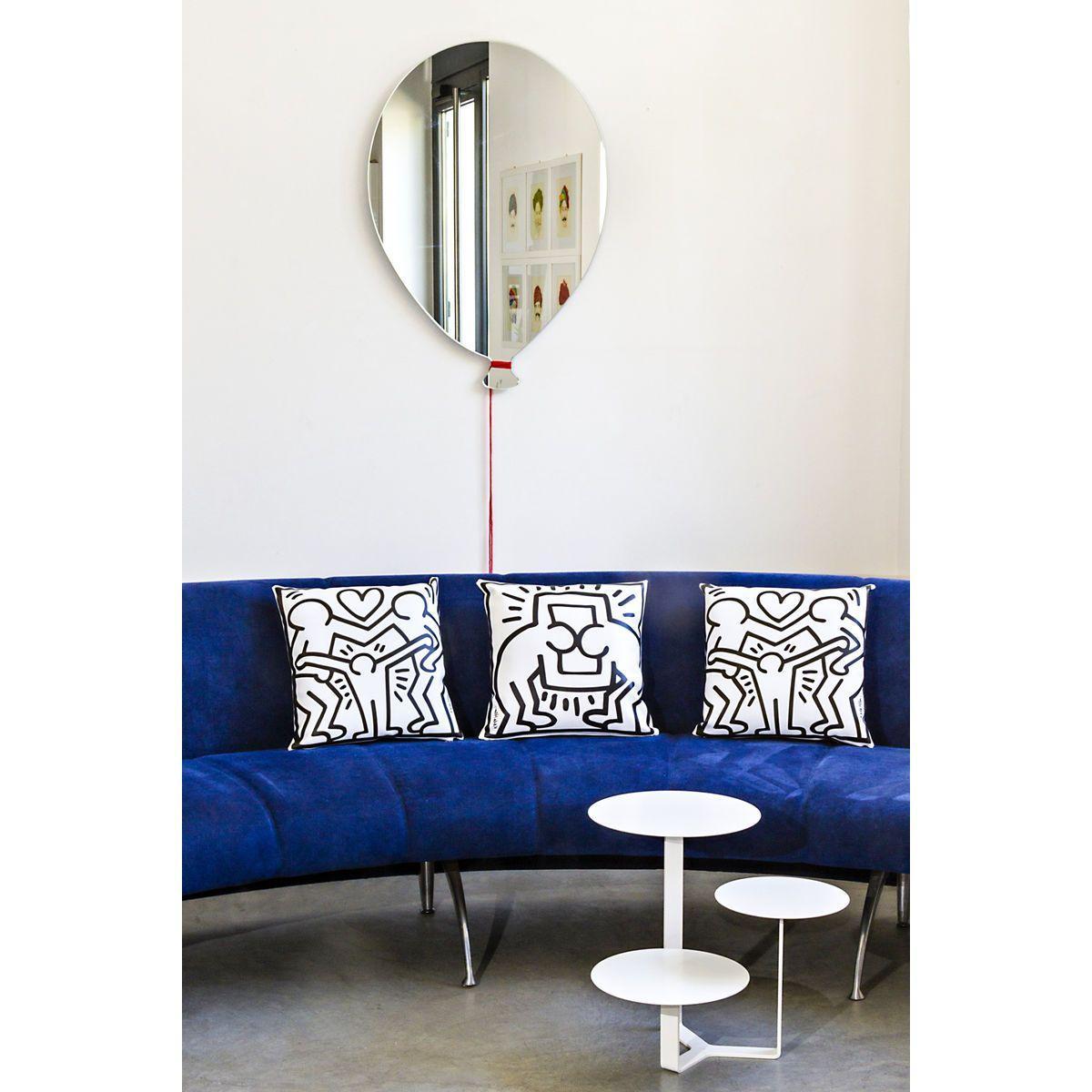 Specchio in vetro a forma di palloncino con cordoncino in lana rossa