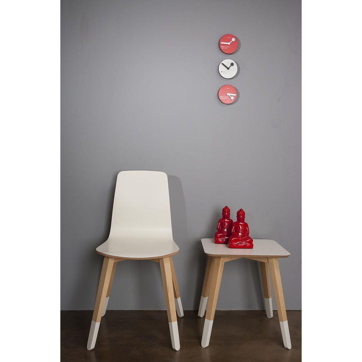 Tavolino basso in faggio con ripiano quadrato di colore bianco