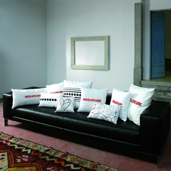 cuscini arredo cotone bianchi varie misure con scritta Absolute Love in rosso e pallini neri sul retro