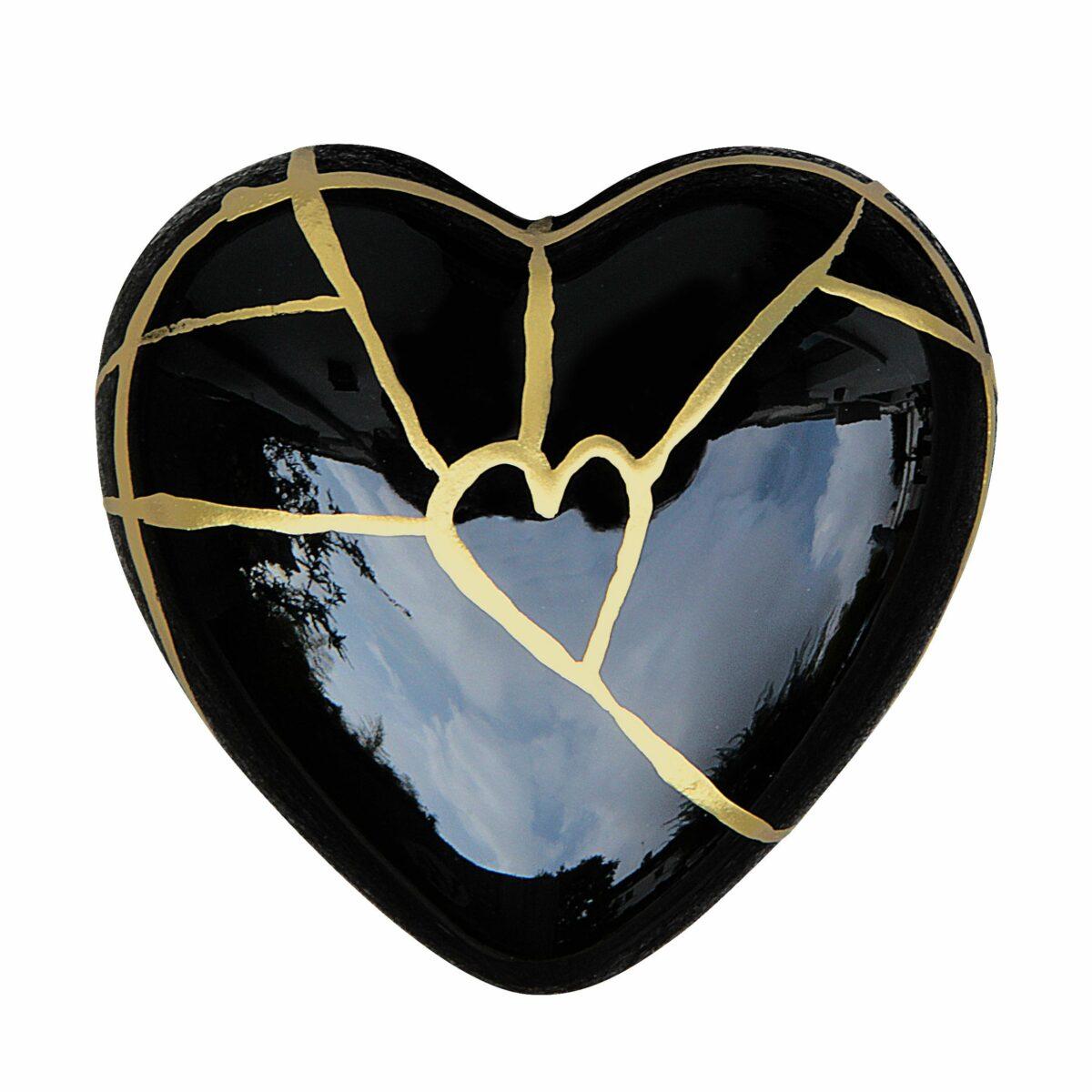 Cuore di ceramica nera con grafica dorata di Letizia Malvestuto