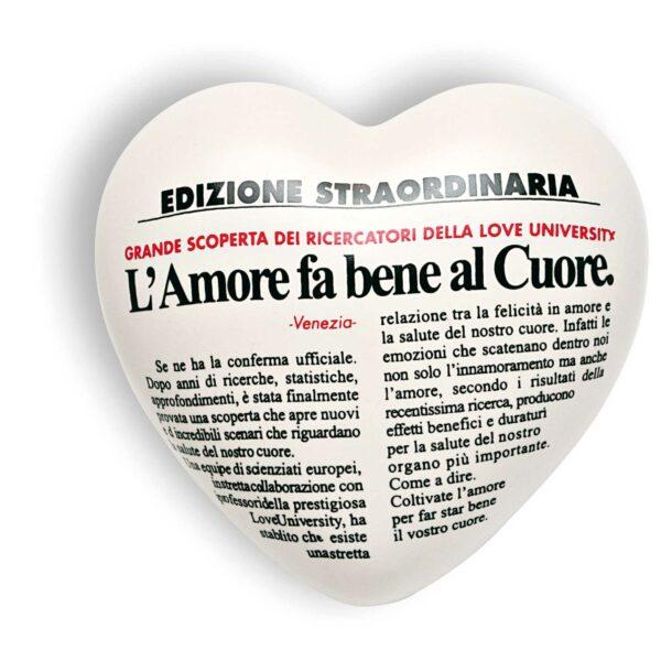 Cuore di ceramica bianco con testo in italiano stampato in stile quotidiano