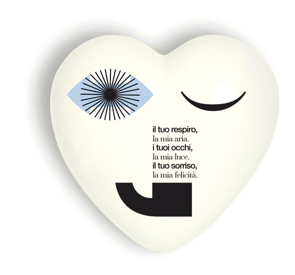 Cuore di ceramica bianco con grafica e testo di Christian Taddio