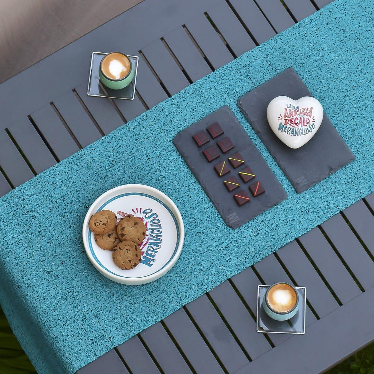 un caffè tra amici è il momento giusto per regalare un cuore in ceramica con la scritta la tua amicizia è un regalo meraviglioso