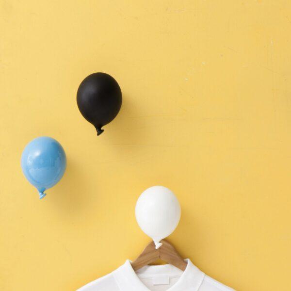 gancio appendiabiti in ceramica a forma di palloncino nei colori azzurro, nero e bianco