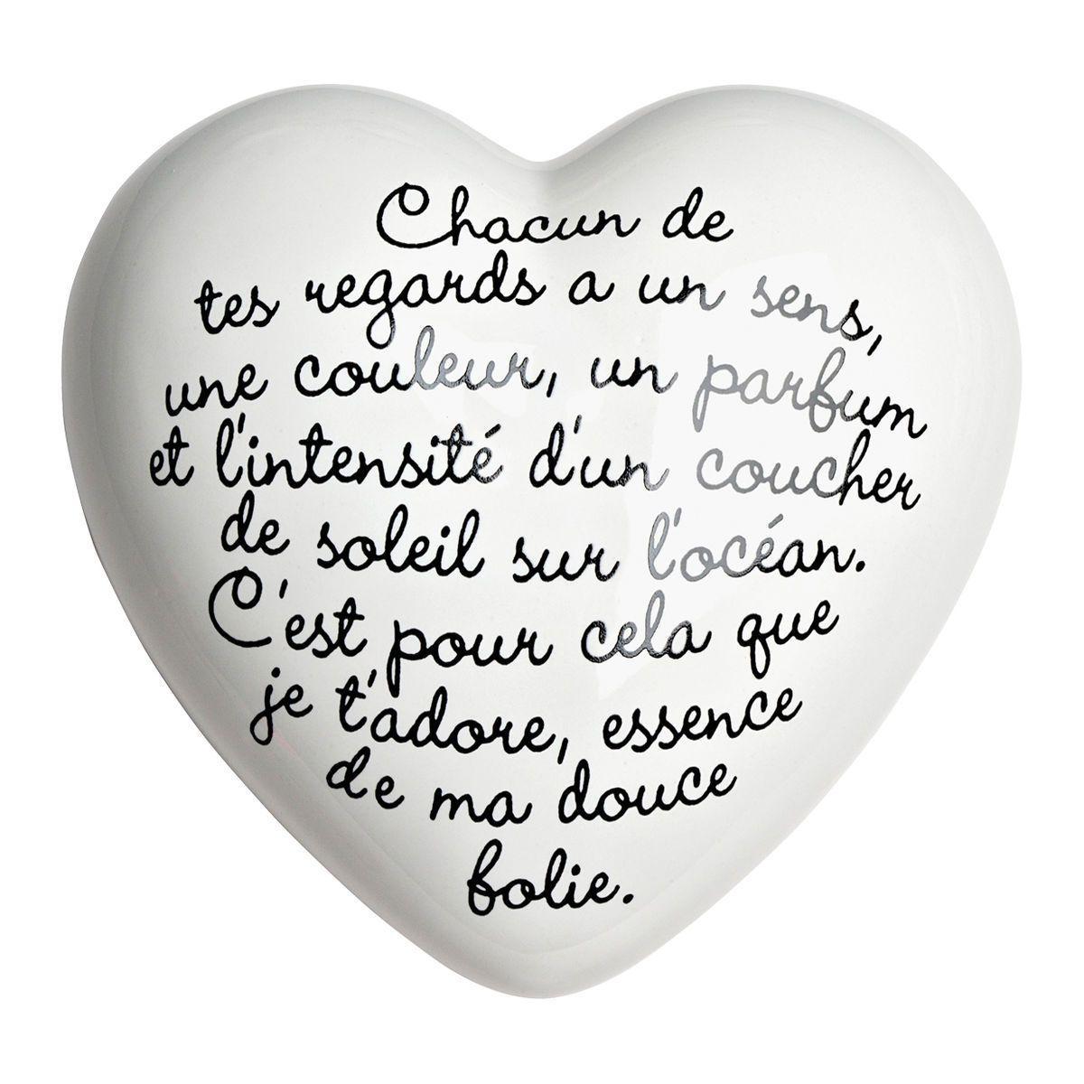 Cuore di ceramica bianco con testo in francese e grafica di Luciano Lunazzi