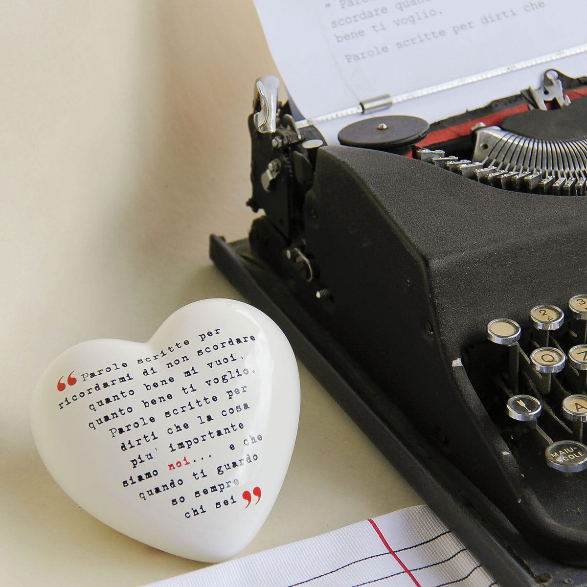 oggetto decorativo in ceramica a forma di cuore bianco che riproduce la scritta della macchina da scrivere