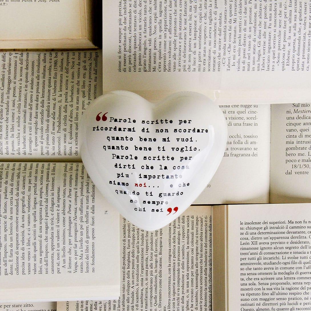 cuore in ceramica bianco con un messaggio scritto in carattere courier