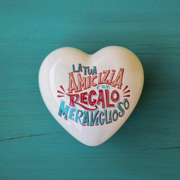 su un cuore di ceramica tridimensionale bianco c'è la scritta la tua amicizia è un regalo meraviglioso