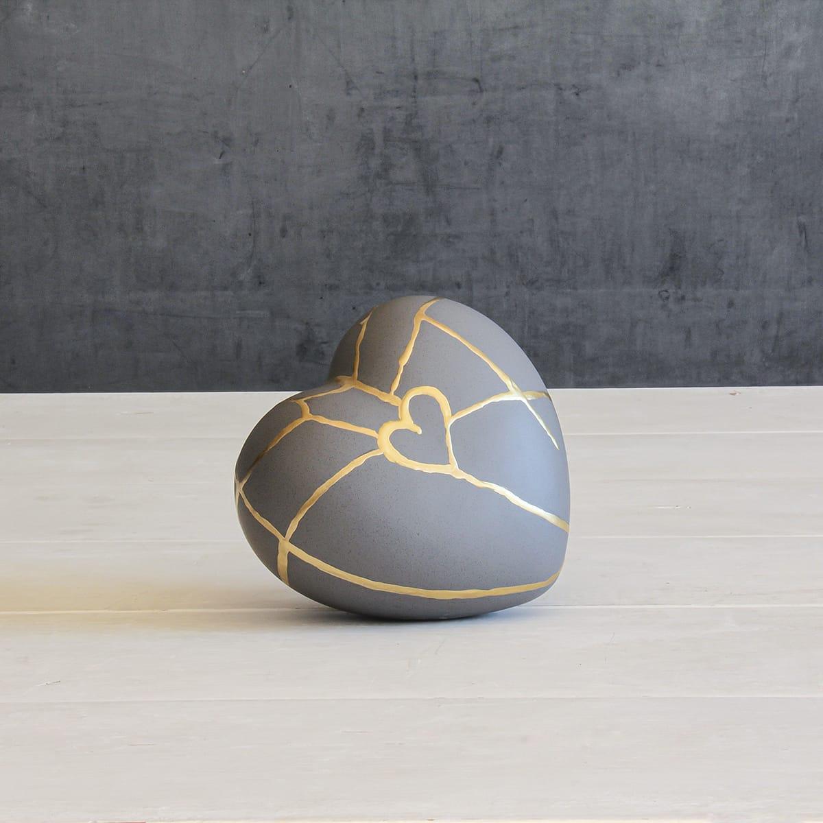 oggetto decorativo a forma di cuore, smaltato effetto cemento con la riproduzione dell'antica arte giapponese del kintsugi