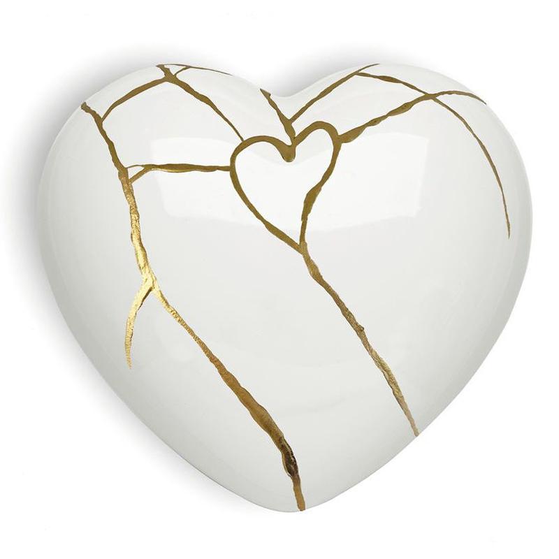 Cuore di ceramica bianco con grafica dorata di Letizia Malvestuto