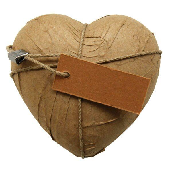 Cuore di ceramica avvolto con carta da pacco, cartone e spago