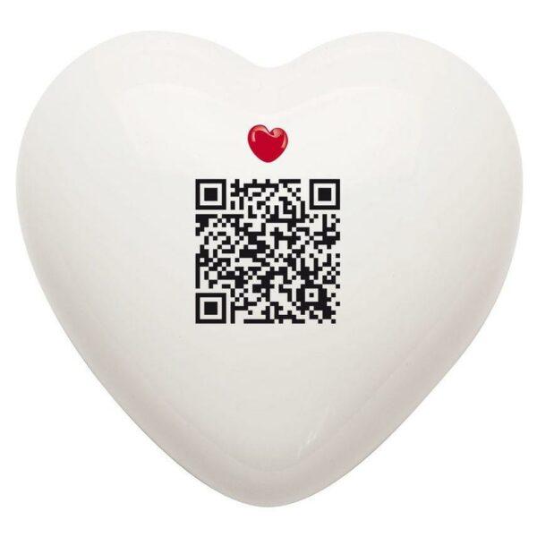 Cuore di ceramica bianco con grafica di Manuel Stefanutti collegato ad un testo via QR code