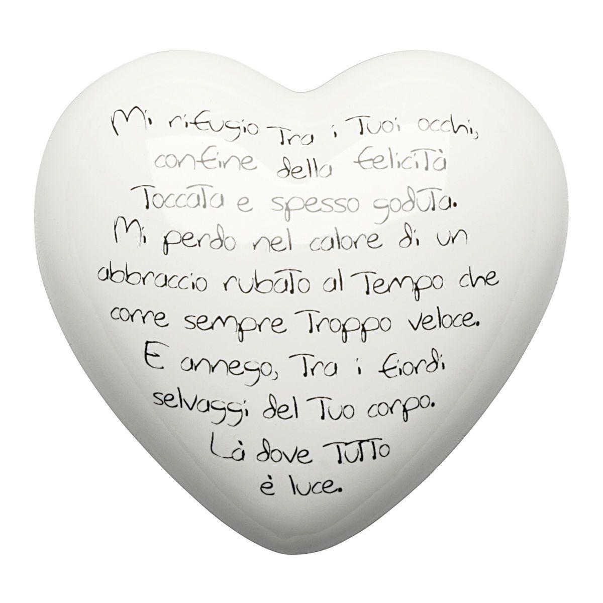 cuore di ceramica bianco con versi in italiano e francese con font dattilografico
