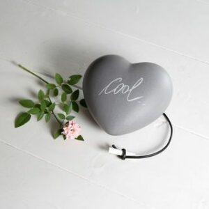 cuore in ceramica effetto grigio cemento con cordoncino e gessetto