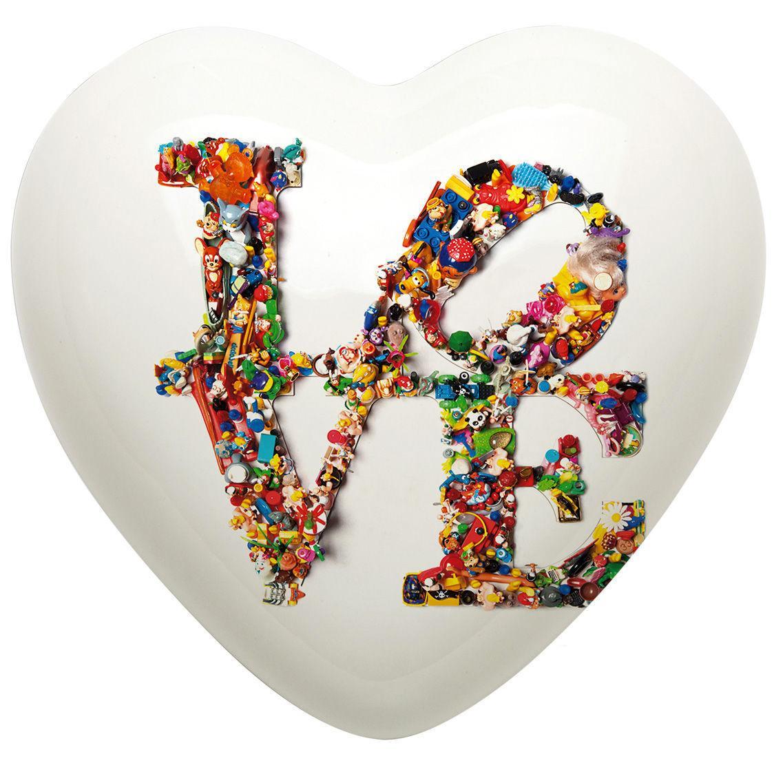 Cuore di ceramica bianco con scritta LOVE e grafica di Laura Ellero