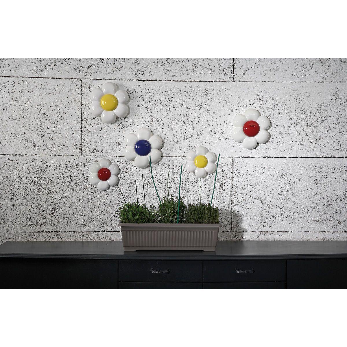 Composizione di decorazioni da parete in ceramica a forma di fiore bianco con grande capolino colorati
