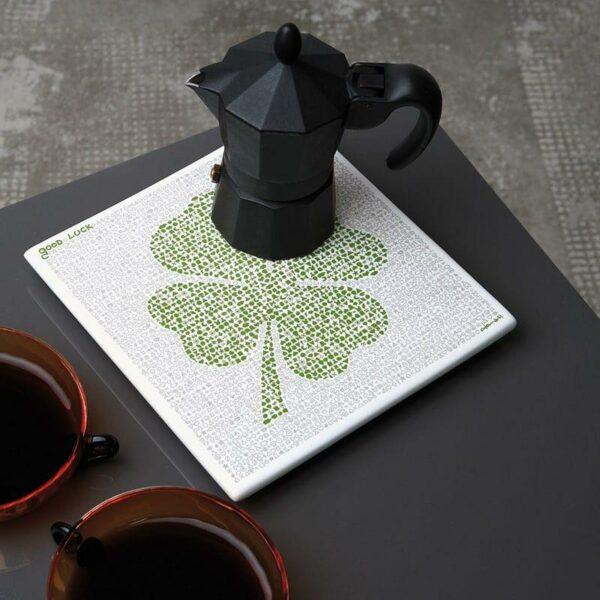 Sottopentola quadrato in ceramica con illustrazione portafortuna simbolo quadrifoglio