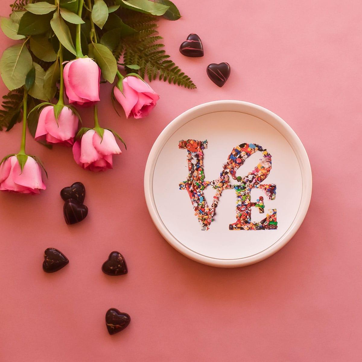 ciotola in ceramica porta cioccolatini con al centro la scritta love