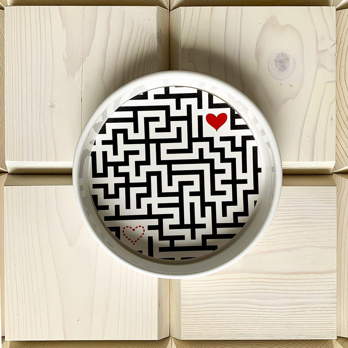 contenitore multiuso in ceramica decorato graficamente con un labirinto nelle cui estremità si trovano due cuori