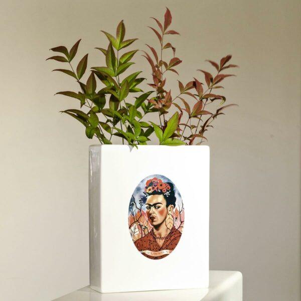vaso bianco con al centro la riproduzione dell'autoritratto di Frida Kahlo