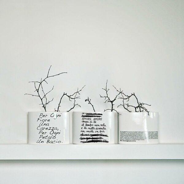 Vaso ovale in ceramica smaltata bianco con testo poetico a tratti cancellato