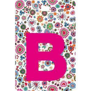 Etichetta bagaglio con lettera alfabeto bianca su sfondo fantasia cuori e fiori colorati con iniziale B