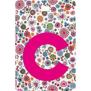 Etichetta bagaglio con lettera alfabeto bianca su sfondo fantasia cuori e fiori colorati con iniziale C