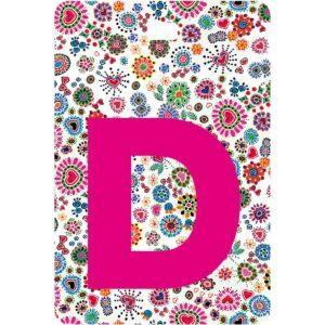 Etichetta bagaglio con lettera alfabeto bianca su sfondo fantasia cuori e fiori colorati con iniziale D