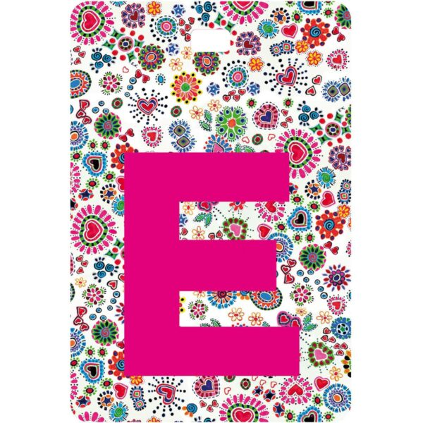 Etichetta bagaglio con lettera alfabeto bianca su sfondo fantasia cuori e fiori colorati con iniziale E