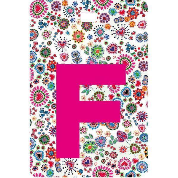 Etichetta bagaglio con lettera alfabeto bianca su sfondo fantasia cuori e fiori colorati con iniziale F