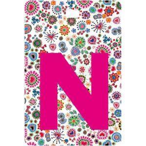 Etichetta bagaglio con lettera alfabeto bianca su sfondo fantasia cuori e fiori colorati con iniziale N