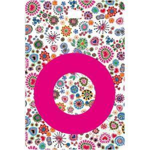 Etichetta bagaglio con lettera alfabeto bianca su sfondo fantasia cuori e fiori colorati con iniziale O