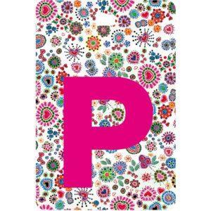 Etichetta bagaglio con lettera alfabeto bianca su sfondo fantasia cuori e fiori colorati con iniziale P