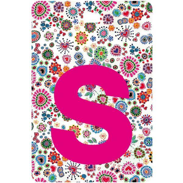 Etichetta bagaglio con lettera alfabeto bianca su sfondo fantasia cuori e fiori colorati con iniziale S