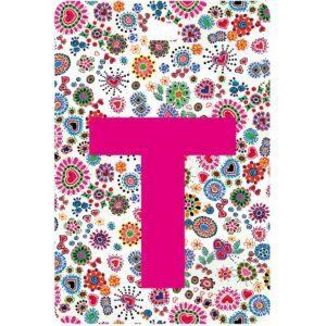 Etichetta bagaglio con lettera alfabeto bianca su sfondo fantasia cuori e fiori colorati con iniziale T