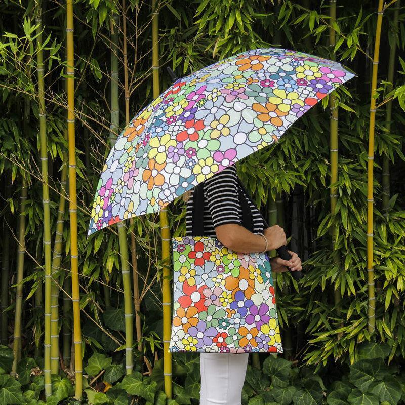 ragazza con ombrello e borsa in tinta fantasia margherite colorate